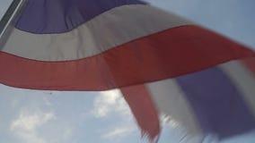 Thaise vlag die in de wind op hemel blaast stock footage