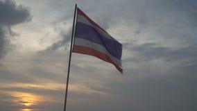 Thaise vlag die in de wind op hemel blaast stock video