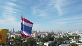 Thaise Vlag die op de bovenkant van de oude stad van Bangkok golven stock video
