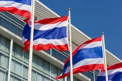 Thaise vlag met een commerciële de bouwachtergrond Royalty-vrije Stock Foto