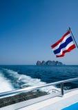 Thaise vlag op de boot over mooie overzees en achtergrond van de de zomer de blauwe hemel Royalty-vrije Stock Fotografie