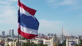 Thaise vlag van Thailand op de bovenkant van de hemel van Bangkok stock footage