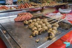 Thaise Vleesballen en Hotdogs in het roosteren bij de markt royalty-vrije stock foto