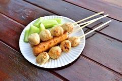 Thaise vleesballetjes op houten lijst Royalty-vrije Stock Afbeeldingen