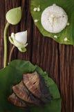 Thaise voedselrijst en droge gezouten die juffervissen met de jasmijndecoratie van de bloemlotusbloem wordt gebraden op houten ac Stock Foto