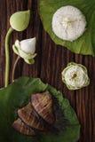 Thaise voedselrijst en droge gezouten die juffervissen met de jasmijndecoratie van de bloemlotusbloem wordt gebraden op houten ac Stock Foto's