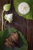 Thaise voedselrijst en droge gezouten die juffervissen met de jasmijndecoratie van de bloemlotusbloem wordt gebraden op houten ac Royalty-vrije Stock Foto's