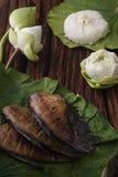 Thaise voedselrijst en droge gezouten die juffervissen met de jasmijndecoratie van de bloemlotusbloem wordt gebraden op houten ac Stock Afbeeldingen