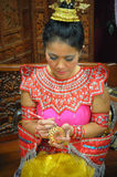 Thaise Vrouw die Apple snijden Royalty-vrije Stock Afbeeldingen