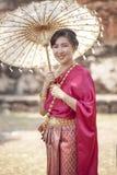 Thaise vrouw die de klerenstijl van de periodetraditie het toothy glimlachen dragen stock foto