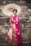Thaise vrouw die de klerenstijl van de periodetraditie het toothy glimlachen dragen royalty-vrije stock afbeeldingen