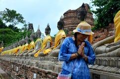 Thaise vrouw die het standbeeld van Boedha van Wat Yai-chaimongkol bidden Royalty-vrije Stock Afbeelding