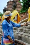 Thaise vrouw die het standbeeld van Boedha van Wat Yai-chaimongkol bidden Royalty-vrije Stock Foto's