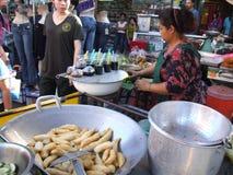Thaise vrouw die Thais voedsel, Thailand verkoopt. Royalty-vrije Stock Afbeeldingen