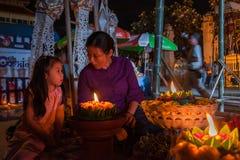 Thaise vrouw en wat traditioneel katoen geweven van de meisjesslijtage Stock Foto
