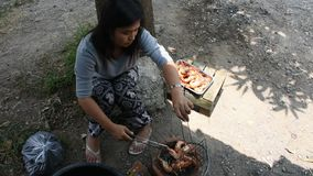 Thaise vrouw het koken grillgarnalen of garnaal op fornuis Thaise stijl bij openlucht stock footage