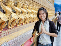 Thaise vrouw in tempel Stock Foto's