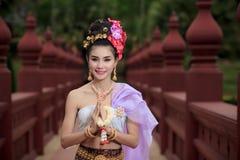 Thaise vrouw in traditioneel kostuum Stock Foto
