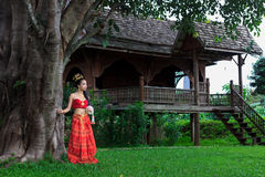 Thaise vrouw in traditioneel kostuum Stock Fotografie