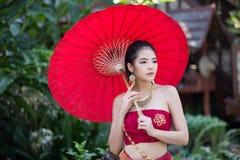Thaise vrouw in traditioneel kostuum Royalty-vrije Stock Afbeelding