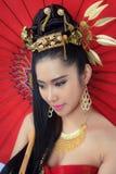 Thaise vrouwen met rode paraplu Royalty-vrije Stock Foto