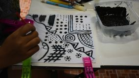 Thaise vrouwenmensen die natuurlijke kleurenindigo op stof schilderen op workshop stock videobeelden