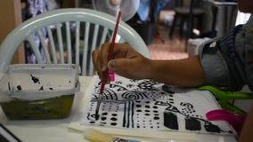 Thaise vrouwenmensen die natuurlijke kleurenindigo op stof schilderen op workshop stock footage