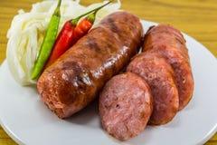 Thaise worst met Spaanse pepers en groenten Stock Foto's