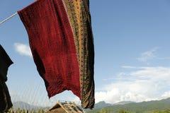 Thaise zijde met de blauwe hemelachtergrond stock foto