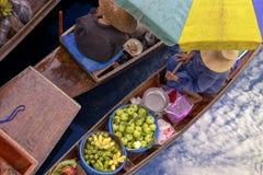 Thaka é vista genuína e encantador de um floatin tailandês tradicional Imagens de Stock Royalty Free
