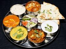 Thali indio combinado con naan Foto de archivo
