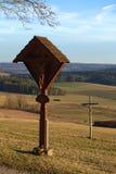 THALMAESSING, ALEMANIA - 26 DE FEBRERO DE 2017: La cruz del borde del camino con las tallas y el abedul simple cruzan Foto de archivo