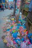 THAMEL,加德满都尼泊尔- 2017年10月02日:关闭在Thamel街道的垃圾  Thamel是商务 图库摄影