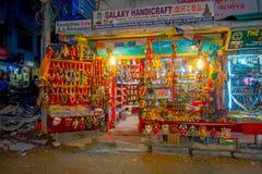 THAMEL,加德满都尼泊尔- 2017年10月02日:工艺品商店的夜视图在Thamel街道的  Thamel是a 图库摄影