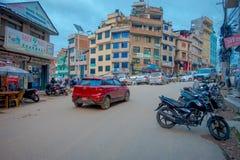 THAMEL,加德满都尼泊尔- 2017年10月02日:有些摩托车停放了在室外与在Thamel街道的一辆红色汽车  免版税库存照片