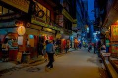 THAMEL,加德满都尼泊尔- 2017年10月02日:走和买在街道的夜观点的未认出的人民  免版税库存图片