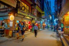 THAMEL,加德满都尼泊尔- 2017年10月02日:走和买在街道的夜观点的未认出的人民  免版税库存照片