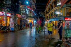 THAMEL,加德满都尼泊尔- 2017年10月02日:走和买在街道的未认出的人民在户外在晚上 图库摄影