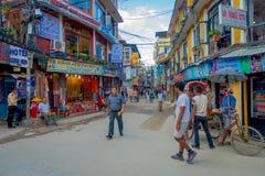 THAMEL,加德满都尼泊尔- 2017年10月02日:走和买在Thamel街道的未认出的人民  Thamel是a 免版税库存图片