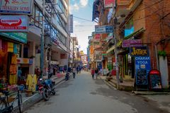 THAMEL,加德满都尼泊尔- 2017年10月02日:走和买在Thamel街道的未认出的人民  Thamel是a 库存照片