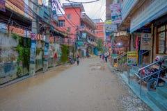 THAMEL,加德满都尼泊尔- 2017年10月02日:走和买在Thamel街道的未认出的人民  Thamel是a 图库摄影