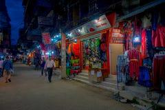 THAMEL,加德满都尼泊尔- 2017年10月02日:Thamel街道夜视图  Thamel是一个商业邻里  库存照片