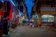 THAMEL,加德满都尼泊尔- 2017年10月02日:Thamel街道夜视图  Thamel是一个商业邻里  图库摄影