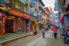 THAMEL,加德满都尼泊尔- 2017年10月02日:Thamel街道,当某些人走和买 Thamel是a 免版税图库摄影