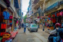 THAMEL,加德满都尼泊尔- 2017年10月02日:Thamel街道,当某些人走和买 Thamel是a 库存照片