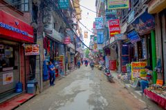 THAMEL,加德满都尼泊尔- 2017年10月02日:Thamel街道,当某些人走和买 Thamel是a 免版税库存图片