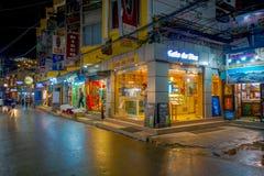 THAMEL KATHMANDU NEPAL, PAŹDZIERNIK 02, -, 2017: Niezidentyfikowani ludzie chodzi i kupuje w ulicach przy outdoors przy nocą Zdjęcie Royalty Free