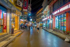 THAMEL KATHMANDU NEPAL, PAŹDZIERNIK 02, -, 2017: Niezidentyfikowani ludzie chodzi i kupuje w ulicach przy outdoors przy nocą Obrazy Stock