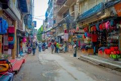 THAMEL KATHMANDU NEPAL, PAŹDZIERNIK 02, -, 2017: Ulicy Thamel, z niektóre ludźmi chodzi i kupuje Thamel jest a Obrazy Royalty Free