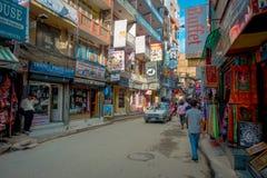THAMEL KATHMANDU NEPAL, PAŹDZIERNIK 02, -, 2017: Ulicy Thamel, z niektóre ludźmi chodzi i kupuje Thamel jest a Fotografia Royalty Free